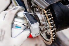 Lubrificazione della catena del motociclo Immagini Stock Libere da Diritti