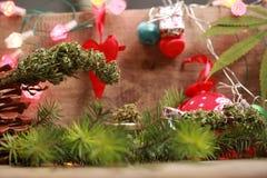 Lubrifichi la cannabis in una bottiglia e la canapa su un fondo di natale fotografie stock libere da diritti