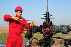 Operador a pouca distância do mar da plataforma petrolífera Imagens de Stock