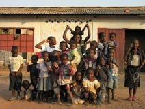 Lubumbashi, Demokratische Republik Kongo, circa im Mai 2006: Gruppe Kinder, die für die Kamera aufwerfen stockbilder