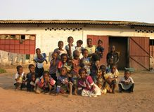 Lubumbashi, Demokratische Republik Kongo: Gruppe Kinder, die für die Kamera aufwerfen lizenzfreie stockfotografie