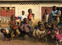 Lubumbashi, Demokratische Republik Kongo: Gruppe Kinder, die für die Kamera aufwerfen stockfotografie