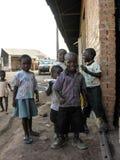 Lubumbashi, Demokratische Republik Kongo: Gruppe Kinder, die vor der Kamera spielen stockbilder