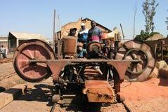 Lubumbashi, Demokratische Republik Kongo, am 21. Juni 2005: Gruppe Tischler, die für die Kamera aufwerfen, beim Betrieb eines Bau lizenzfreie stockfotografie