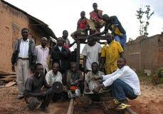 Lubumbashi, a República Democrática do Congo Democrática, cerca do maio de 2006: Grupo de carpinteiros que levantam com suas ferr fotos de stock royalty free