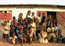 Lubumbashi, Repubblica Democratica del Congo, circa maggio 2006: Gruppo di bambini e di donne che posano per la macchina fotograf fotografia stock libera da diritti
