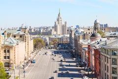 Lubyanka y Novaya ajustan en Moscú en primavera imagenes de archivo