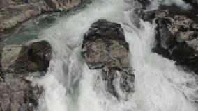 Lucía se cae caída del agua almacen de metraje de vídeo