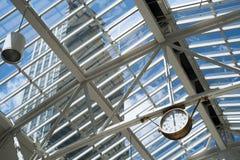 Lucarne et gratte-ciel d'horloge photo libre de droits