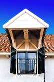 Lucarne sur le toit d'une maison en Hollande images stock