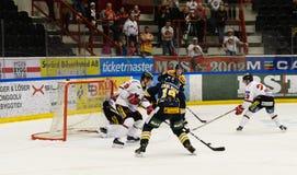Lucas Carlsson schießt das Tor im Eishockeymatch in hockeyallsvenskan zwischen SSK und MODO Stockbild