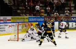 Lucas Carlsson segna lo scopo nella partita del hockey su ghiaccio in hockeyallsvenskan fra SSK e MODO Immagine Stock