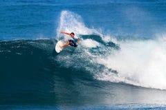 Lucas Munro que practica surf en los amos de la tubería Foto de archivo libre de regalías