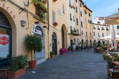 LUCCA, ΙΤΑΛΙΑ - 24 ΜΑΐΟΥ 2017: Ιστορικά κτήρια στην πλατεία del Anfiteatro Lucca, Τοσκάνη, Ιταλία Στοκ εικόνες με δικαίωμα ελεύθερης χρήσης