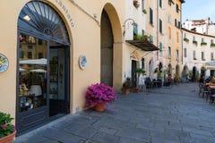 LUCCA, ΙΤΑΛΙΑ - 24 ΜΑΐΟΥ 2017: Ιστορικά κτήρια στην πλατεία del Anfiteatro Lucca, Τοσκάνη, Ιταλία Στοκ Φωτογραφία