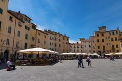 LUCCA ITALIEN - MAJ 24, 2017: Piazza del Anfiteatro med oidentifierat folk Royaltyfria Foton