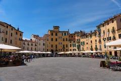 LUCCA ITALIEN - MAJ 24, 2017: Piazza del Anfiteatro med oidentifierat folk Arkivfoton