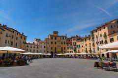 LUCCA ITALIEN - MAJ 24, 2017: Piazza del Anfiteatro med oidentifierat folk Arkivbilder