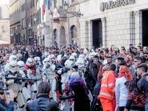 LUCCA ITALIEN - November 11: maskerar tecknad filmtecken på Lucca Arkivbild