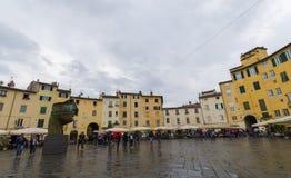 Lucca piazzadell `-anfiteatro Royaltyfri Fotografi