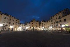 Lucca, praça Anfiteatro em a noite imagens de stock royalty free