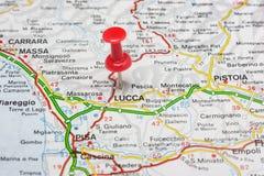 Lucca steckte auf eine Karte von Italien fest Lizenzfreies Stockbild