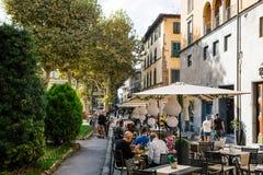 LUCCA WŁOCHY, PAŹDZIERNIK, - 5, 2017: Turyści na ulicach antyczny średniowieczny miasteczko Ludzie cieszą się ich posiłki w kawia zdjęcia royalty free