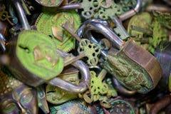 Lucchetti assortiti e chiavi Fotografia Stock