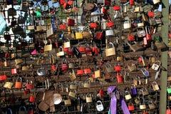 Lucchetti del ponticello di Hohenzollern fotografia stock libera da diritti