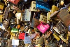 Lucchetti di amore a Pont des Arts nel 2014, Parigi Immagini Stock Libere da Diritti
