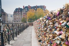 Lucchetti di amore su Pont Neuf sopra la Senna, Parigi, Francia immagini stock
