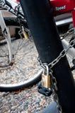 Lucchetti e bicicletta Fotografia Stock