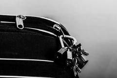Lucchetti e chiavi sui bagagli Immagini Stock