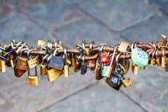 Lucchetti su Ponte Vecchio a Firenze, Italia fotografie stock