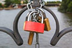 Lucchetti su un ponte Immagini Stock Libere da Diritti
