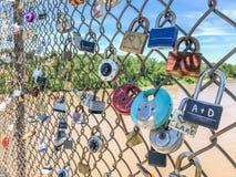 Lucchetti su un recinto di chainlink fotografie stock