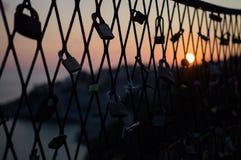 Lucchetti su un recinto durante il tramonto in Ragusa, Croazia di amore Fotografie Stock