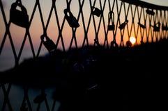 Lucchetti su un recinto durante il tramonto in Ragusa, Croazia di amore Fotografie Stock Libere da Diritti