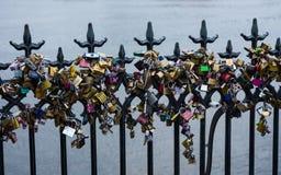 Lucchetti sul ponte Fotografie Stock Libere da Diritti