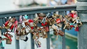 Lucchetti sul ponte di lungomare di Nyhavn stock footage