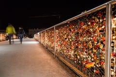 Lucchetti sul ponte di Makartsteg a Salisburgo alla notte Fotografie Stock Libere da Diritti
