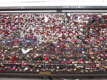Lucchetti sul ponte a Koln Immagini Stock Libere da Diritti