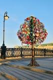 Lucchetti variopinti di nozze su un albero del metallo Immagini Stock Libere da Diritti