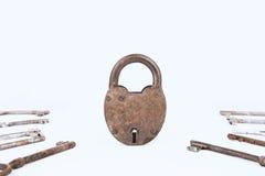 Lucchetto arrugginito antico con la raccolta delle chiavi isolata su fondo bianco Fotografie Stock Libere da Diritti