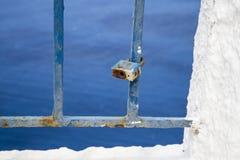 Lucchetto arrugginito sulle inferriate stagionate blu-dipinte fotografia stock libera da diritti