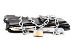 Lucchetto a catena sul portafoglio di cuoio in pieno dei soldi di valuta del dollaro Fotografia Stock