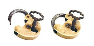 Lucchetto d'ottone dell'annata, aperto e chiuso, con il tasto Fotografia Stock