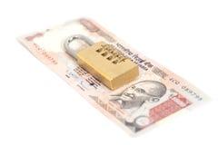 Lucchetto di combinazione sulla rupia indiana di valuta Fotografie Stock Libere da Diritti