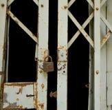 Lucchetto di lerciume e vecchia porta del metallo Immagine Stock Libera da Diritti