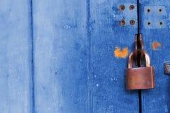 Lucchetto di sicurezza su fondo di legno blu Fotografia Stock Libera da Diritti